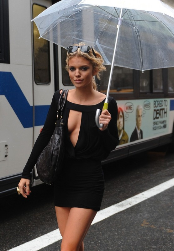 Annalynne-Mccord-hailing-a-cab-in-new-york-6