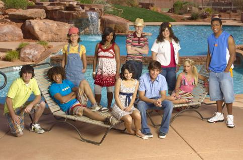 (KNEELING/SEATED) RYNE SANBORN, CORBIN BLEU, VANESSA HUDGENS, ZAC EFRON, ASHLEY TISDALE, (STANDING) OLESYA RULIN, MONIQUE COLEMAN, LUCAS GRABEEL, KAYCEE STROH, CHRIS WARREN JR.